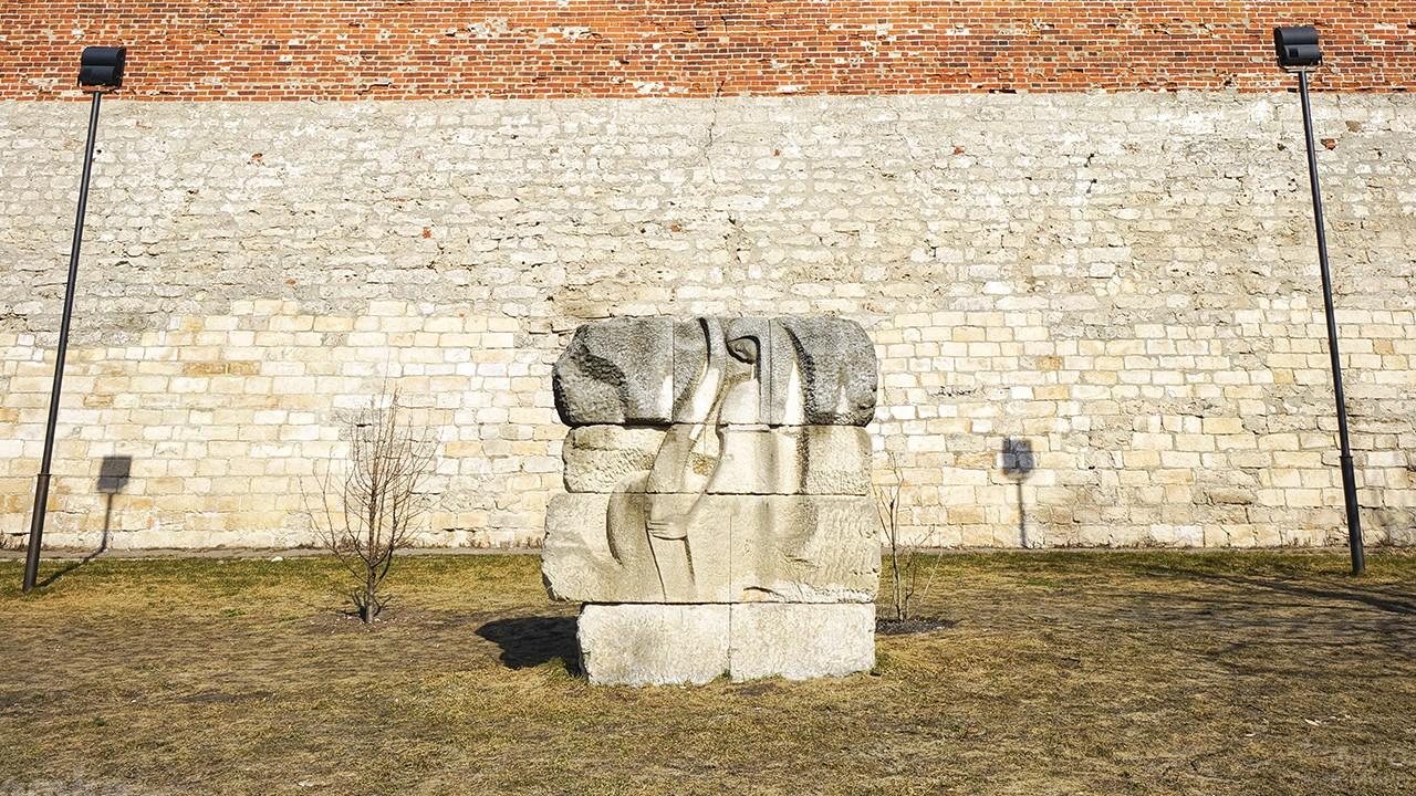 Памятник у коромысловой башни