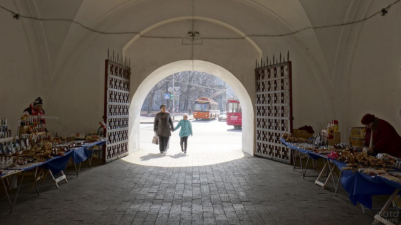 Сувенирные лавки внутри Дмитриевской башни