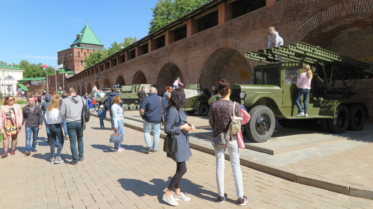 Туристы рассматривают военную технику