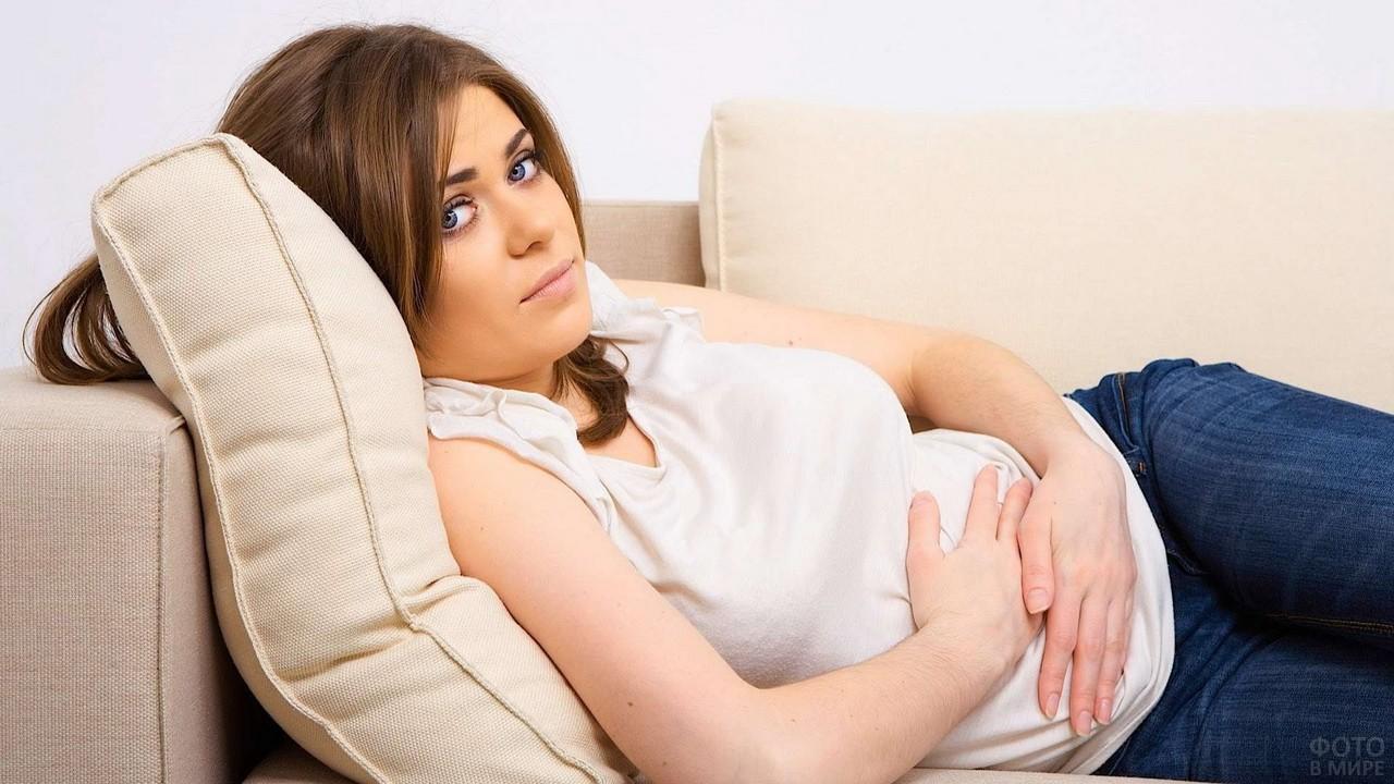 Беременная девушка на диване