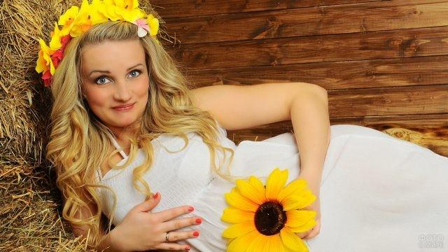 Блондинка с подсолнухом на соломе