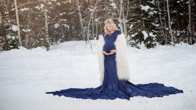 Блондинка в синем платье на снегу