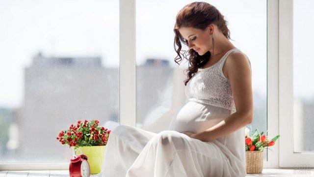 Девушка в белом платье на подоконнике