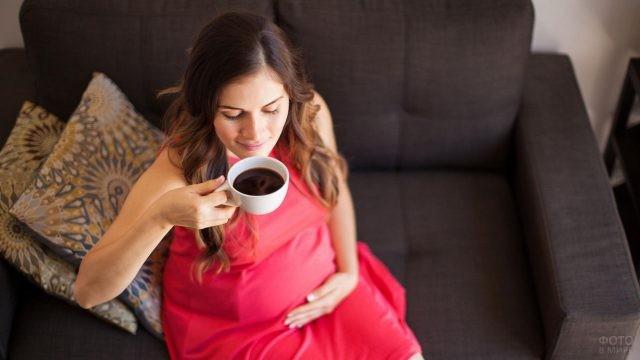 Довольная девушка пьёт кофе