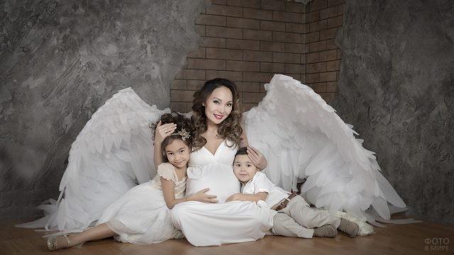 Мамочка в костюме ангела с детьми
