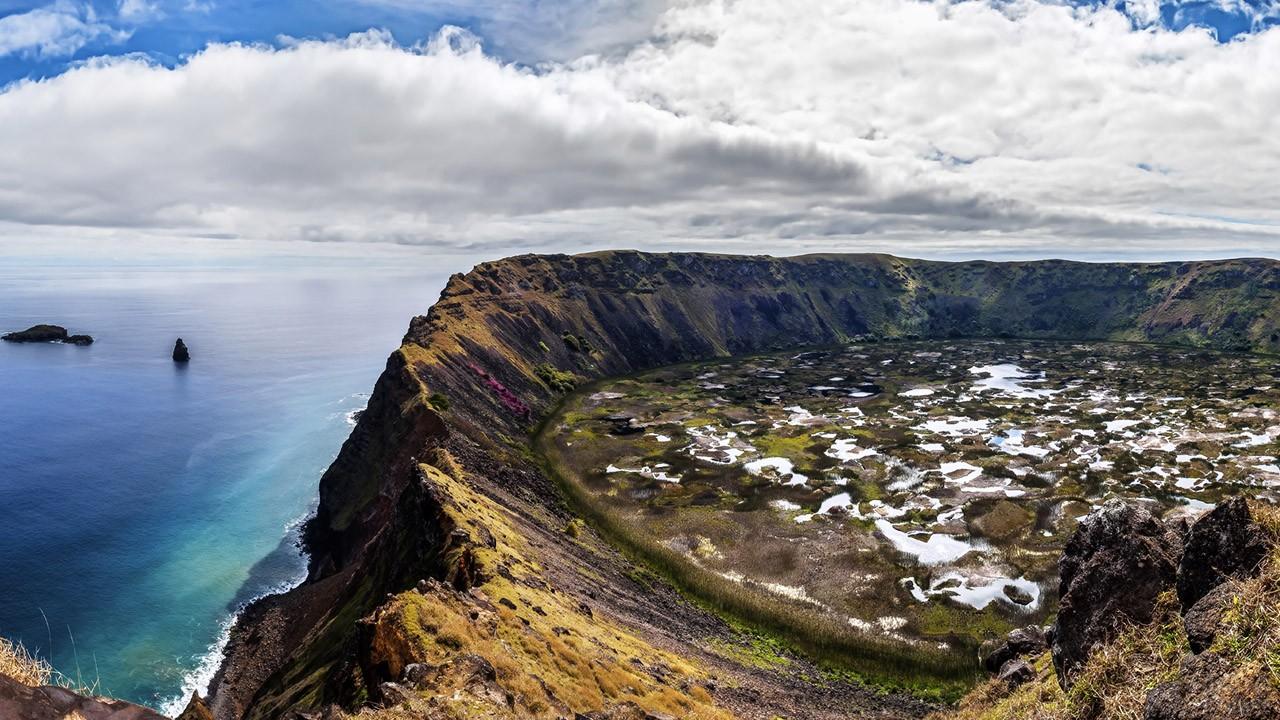 Кратер одного из потухших вулканов чилийского острова Пасхи