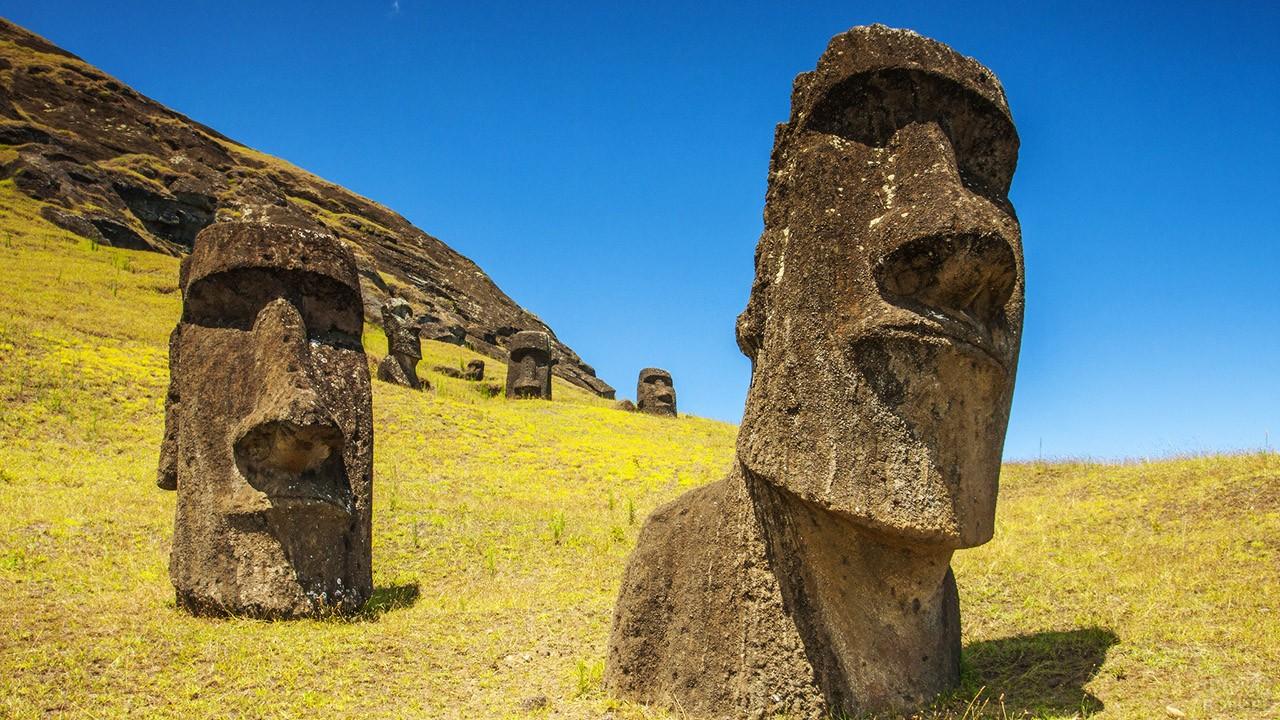 Монолитные каменные моаи