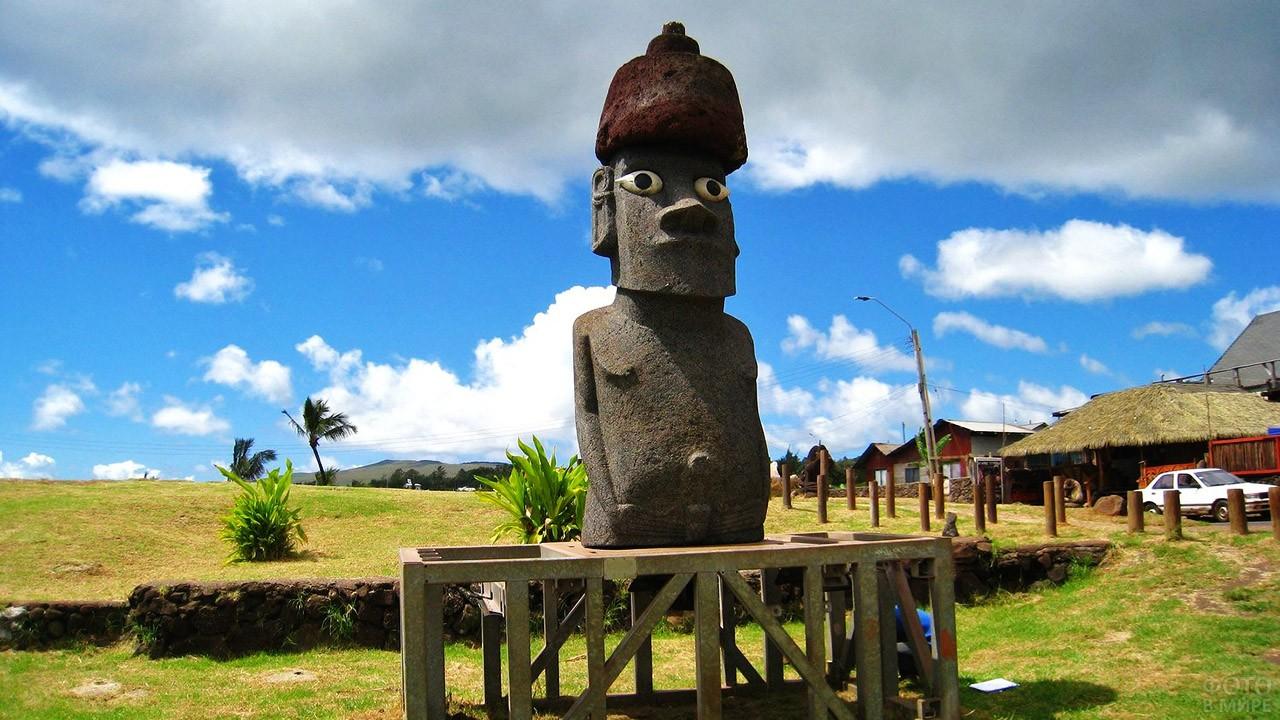 Один из отреставрированных истуканов маои