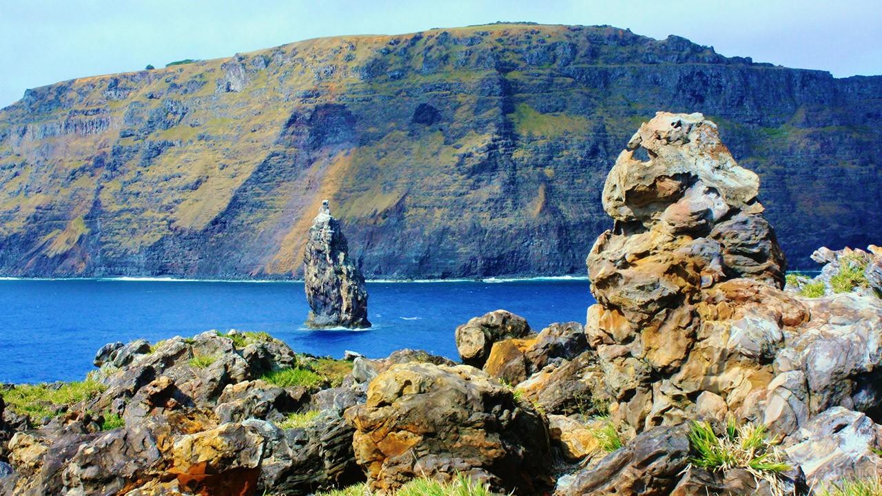 Скалистый берег острова Моту-Нуи