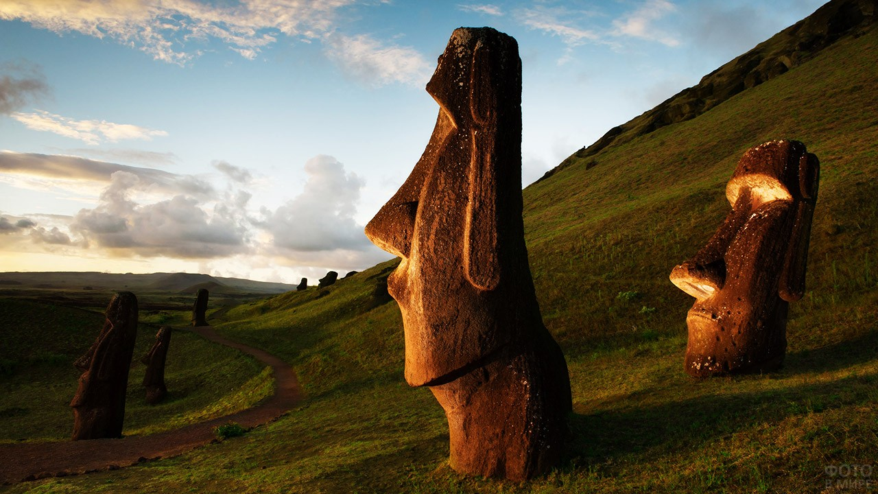 Статуи моаи из спрессованного вулканического пепла