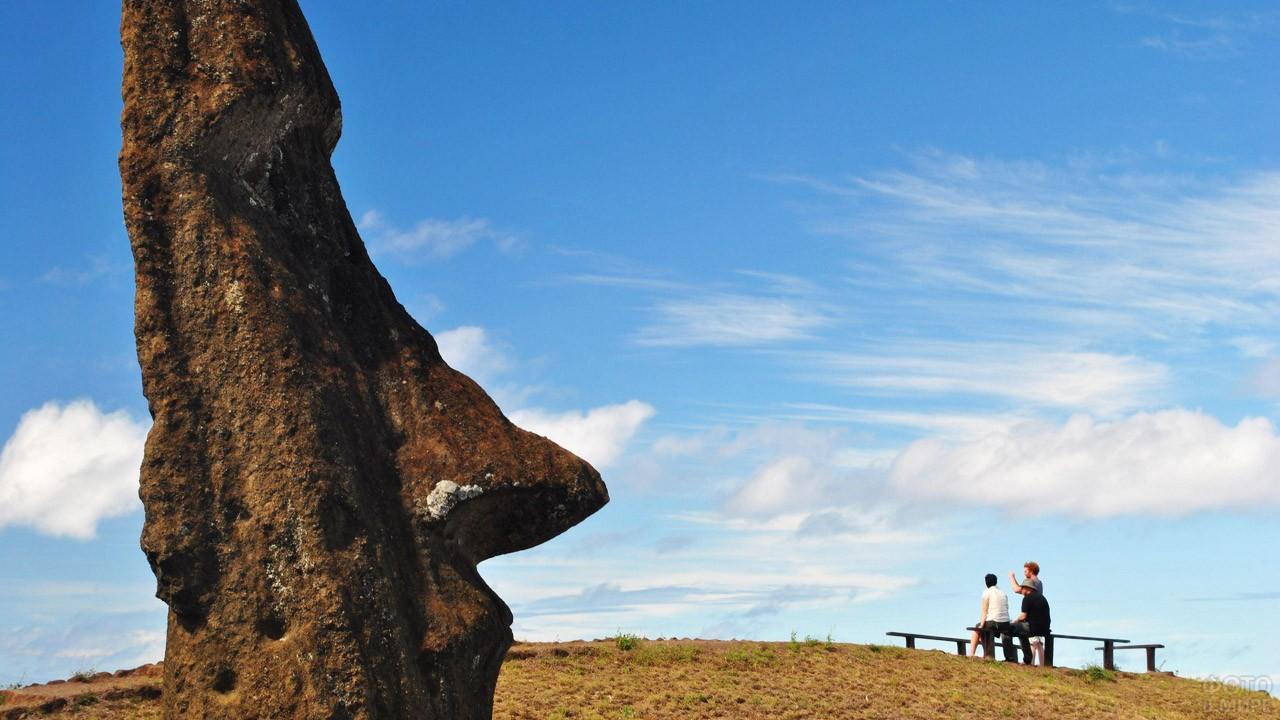 Туристы на смотровой площадке на краю кратера Рано-Рараку