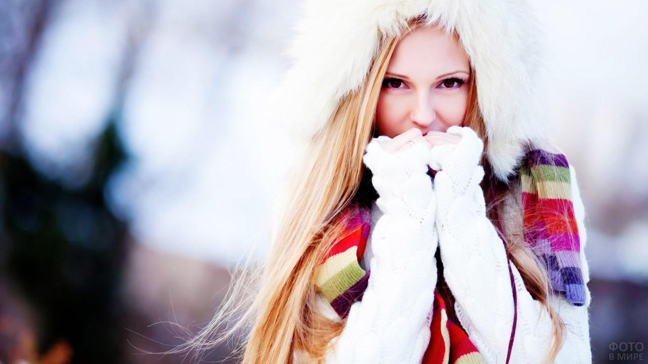 Блондинка с дивным взглядом в зимнем лесу
