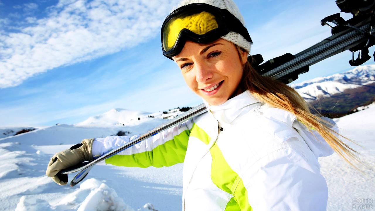 Блондинка с лыжами на плече