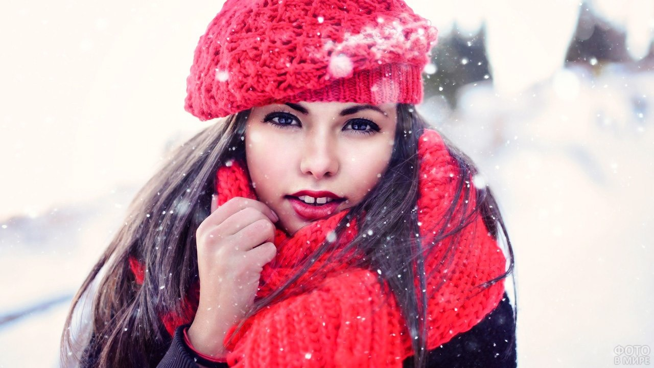 Брюнетка в красном под снегопадом