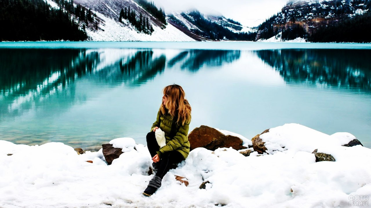 Длинноволосая блондинка на берегу зимнего озера