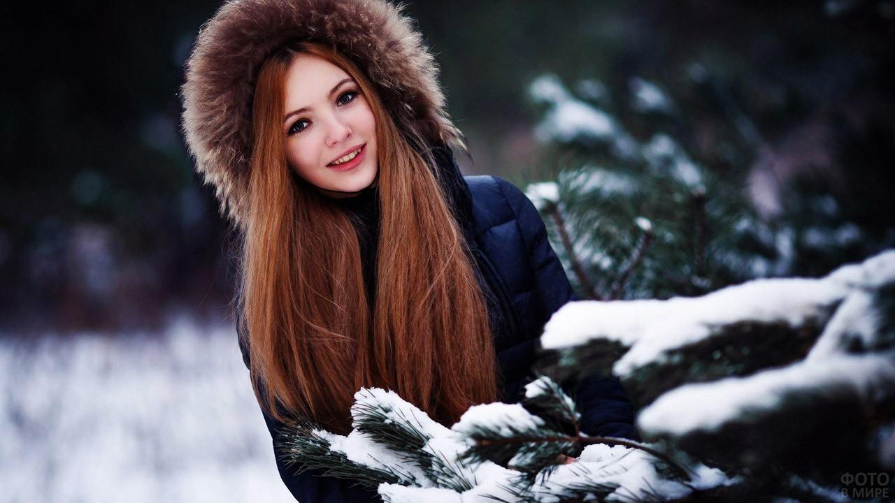 Длинноволосая девушка в зимнем лесу