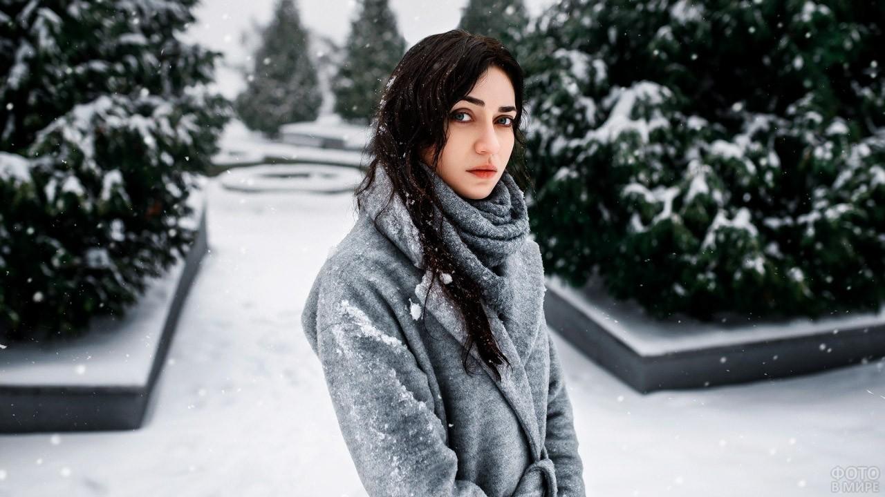 Грустная брюнетка под снегопадом