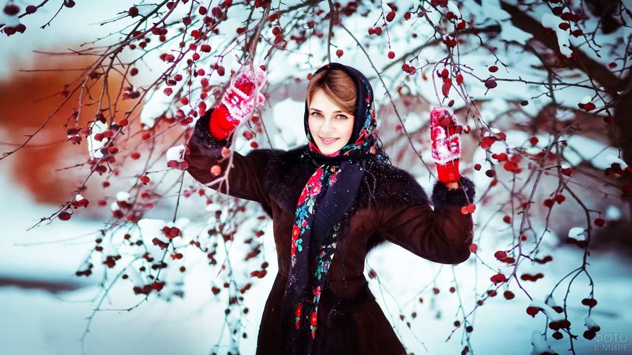 Юная боярыня в русском платке среди рябины