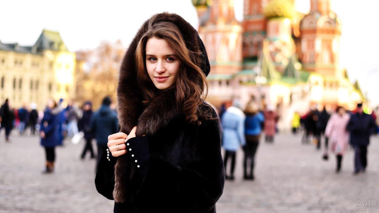 Симпатичная юная шатенка на Красной площади