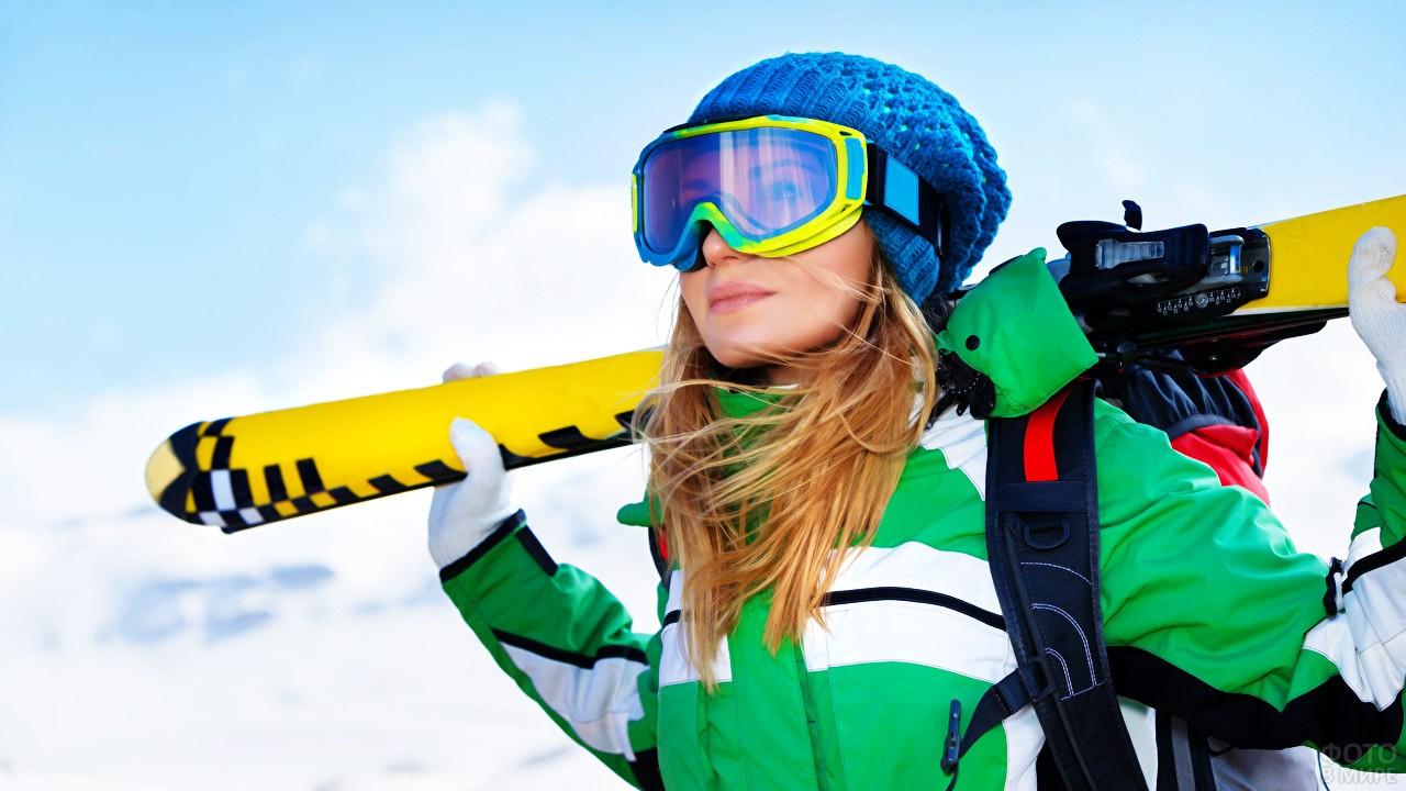 Светловолосая лыжница в очках