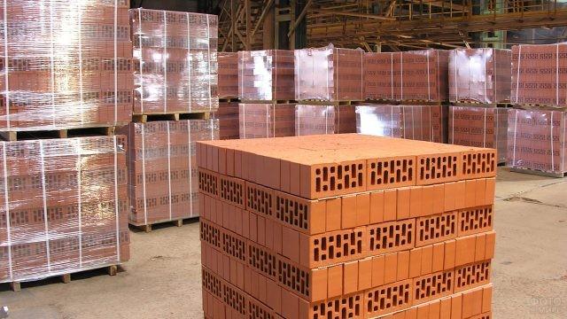 Паллеты с кирпичами на крытом складе