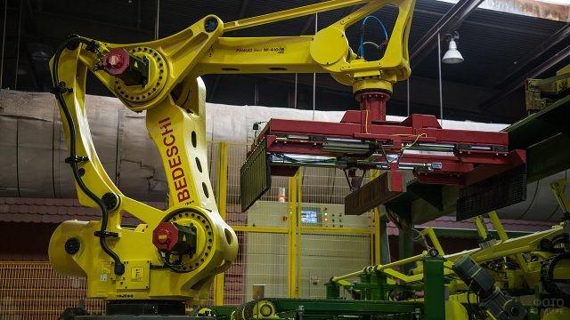 Промышленный робот на производстве фабрики Строма
