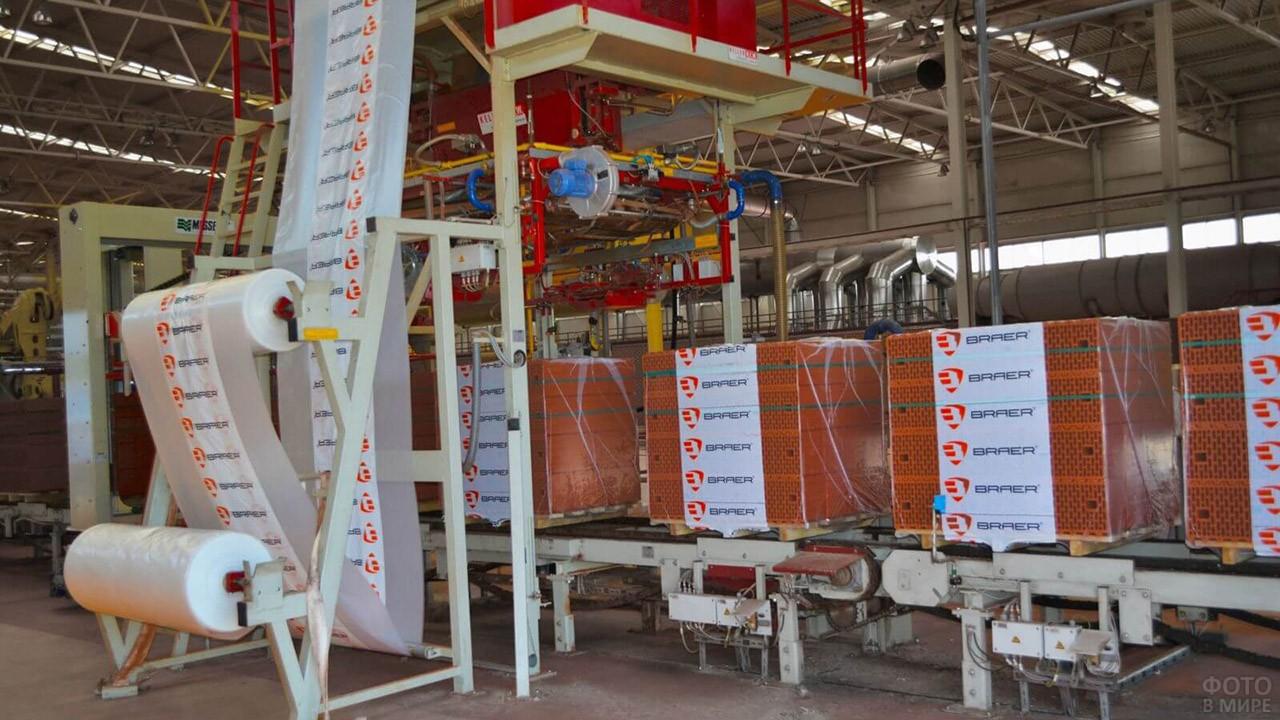 Упаковка поддонов на заводе Браер в Туле