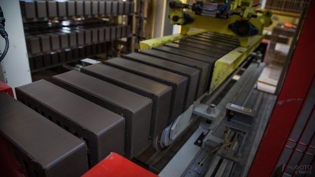 Утолщенный облицовочный керамический кирпич на производственной линии