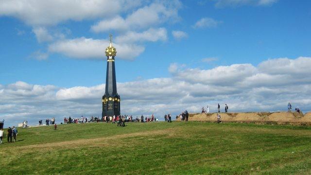 Многочисленные посетители мемориала на Красной горе