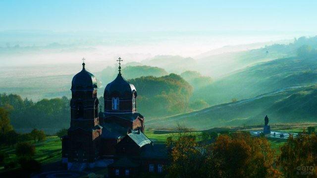 Туманное утро в музее-заповеднике Куликовской битвы в селе Монастырщино