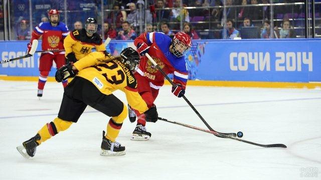 Борьба за шайбу в матче Россия - Германия на Олимпиаде-2014