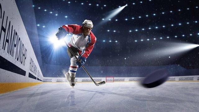 Хоккеист мчится за шайбой