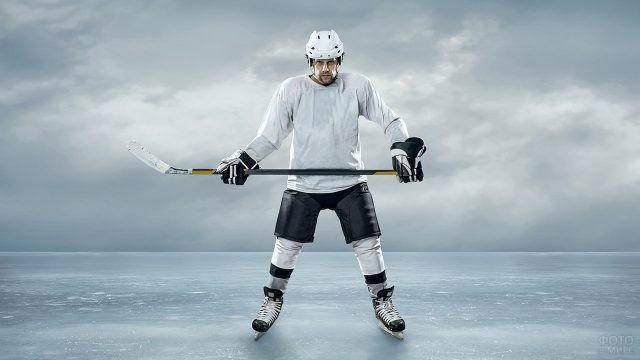 Хоккеист в бело-чёрной форме на льду