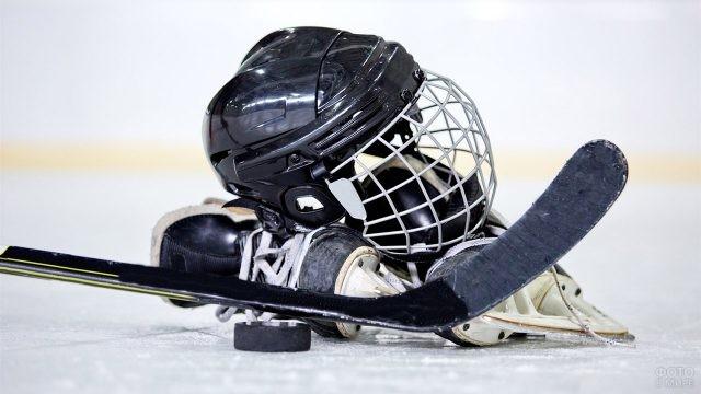 Хоккейный инвентарь на льду