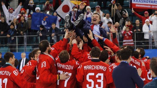 Игроки сборной качают на руках тренера Олега Знарка