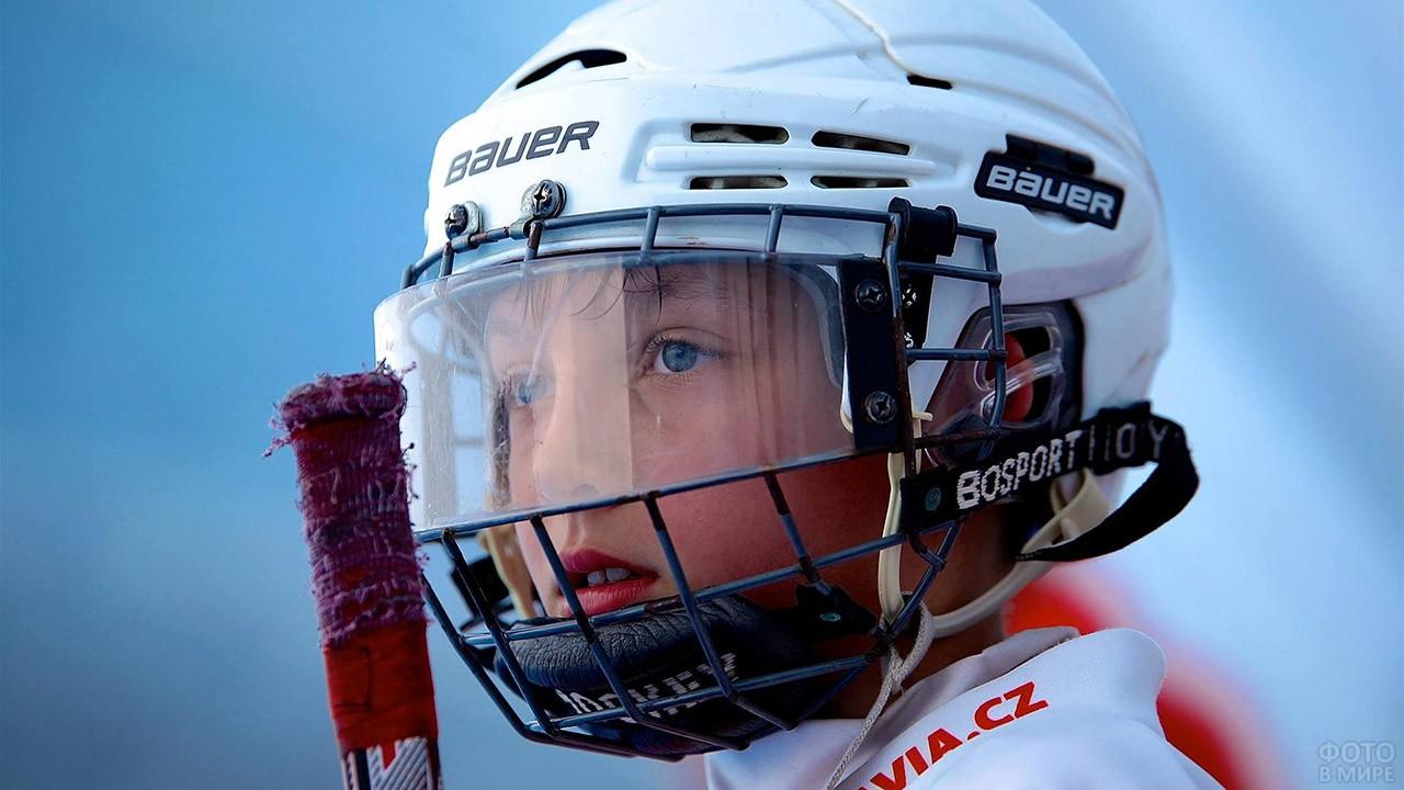 Мальчик в хоккейном шлеме