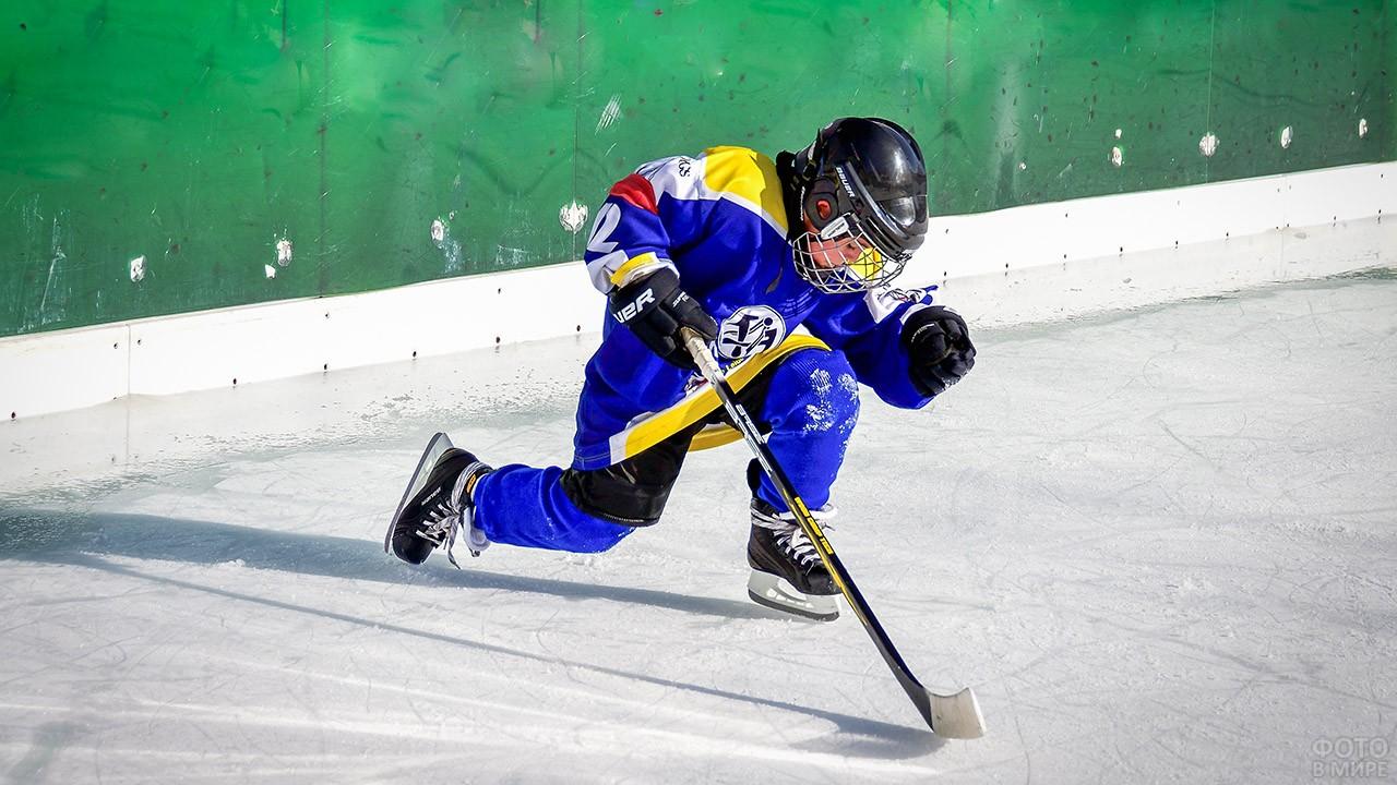 Малыш в хоккейной форме на льду