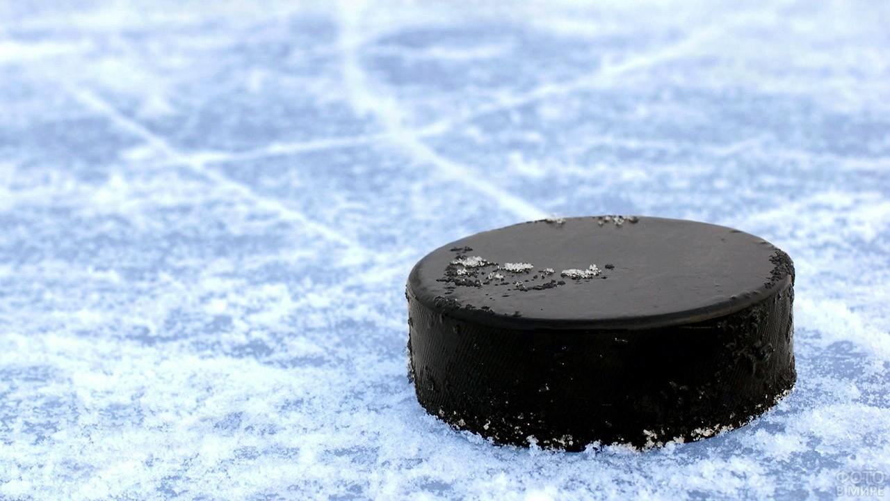 Шайба на льду крупным планом