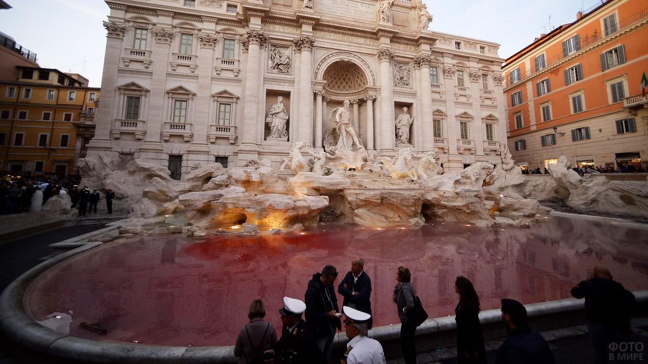 Бассейн фонтана в красном цвете