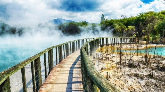 Туристическая тропа в долине гейзеров Роторуа