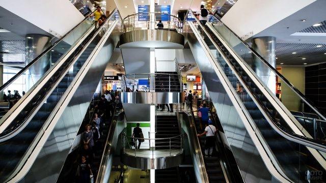 Лестница и эскалаторы в чистой зоне