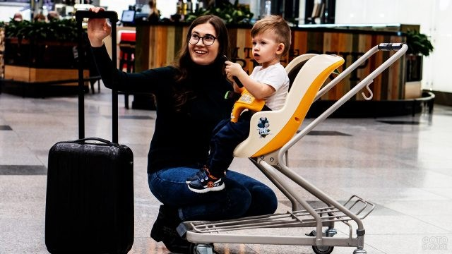 Мама с малышом перед вылетом