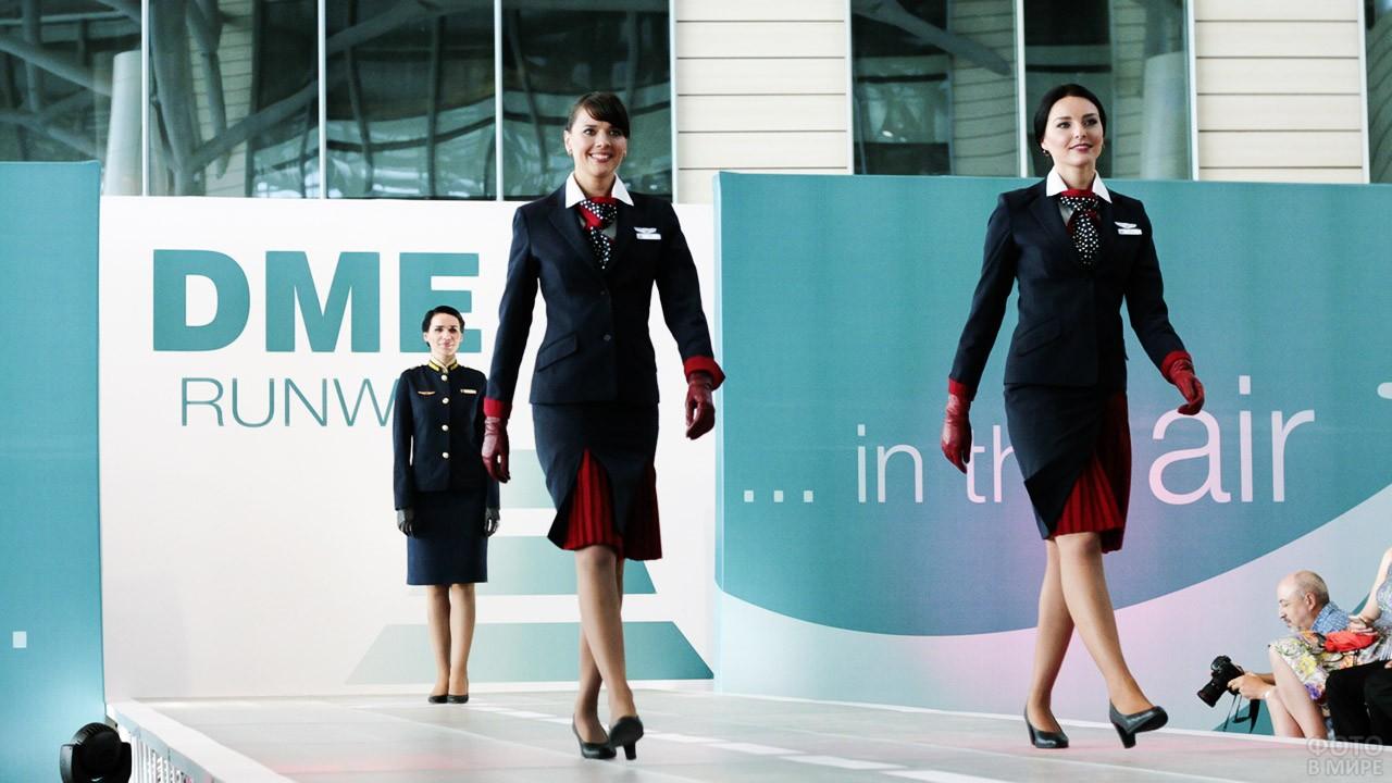 Модели в форме Уральских Авиалиний на показе DME Runway