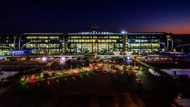 Ночные огни обновлённого здания аэровокзала и парковки