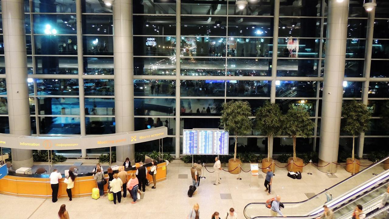 Огни парковки за окном пассажирского терминала