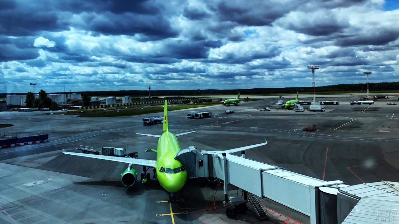 Пассажирский самолёт с телескопическим трапом