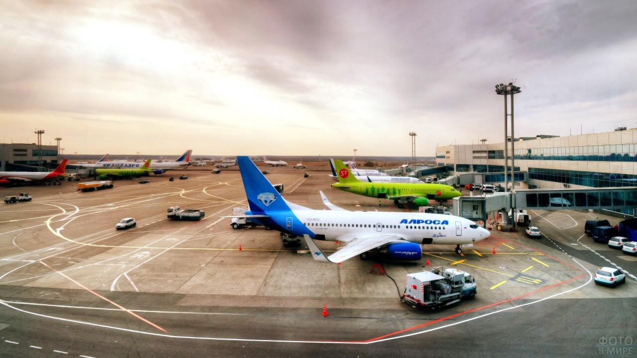 Перрон с пассажирскими самолётами