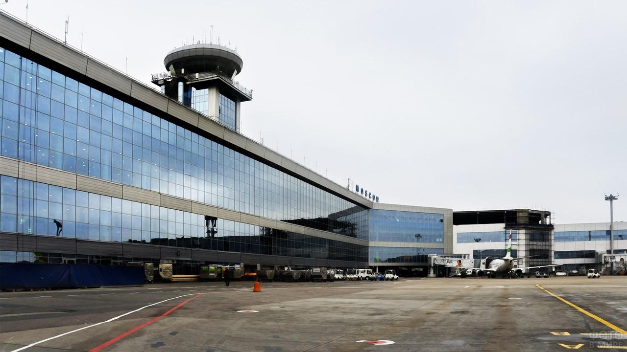 Просторный перрон аэровокзала
