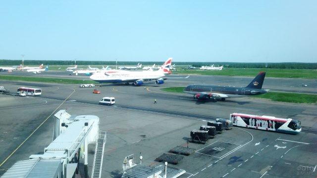 Самолёты международных авиакомпаний на взлётно-посадочном поле