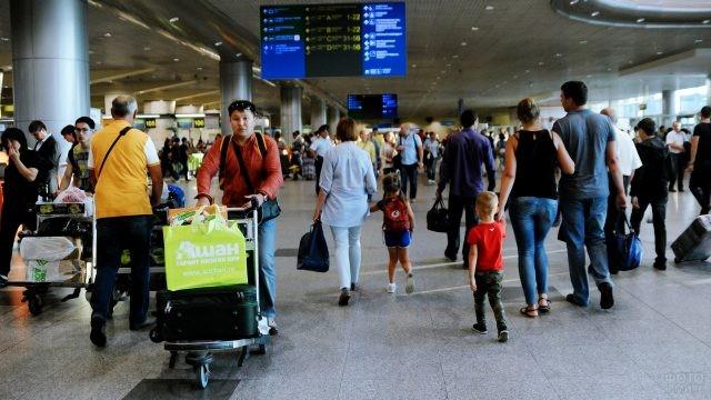 Туристы в фойе аэровокзала